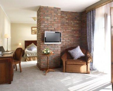 Kącik relaksu, sypialnia, wnętrze pokoju hotelowego | Noclegi w Dolinie Charlotty (Ustka, Słupsk)