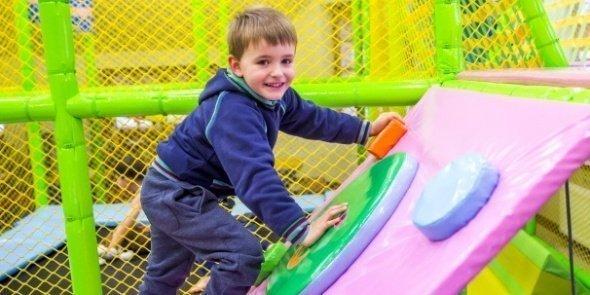 Chłopiec w hotelowej sali zabaw | Dolina Charlotty - hotel przyjazny dzieciom