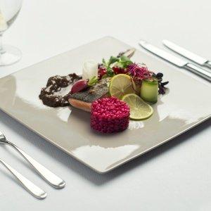 Łosoś norweski sous-vide, pęczak z sokiem z buraka, suszone pomidory, ocet balsamiczny