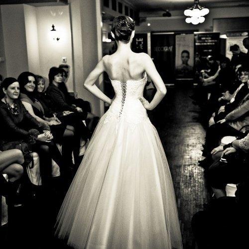 Kobieta w sukni balowej, ujęcie tyłem, zdjęcie w czerni i bieli