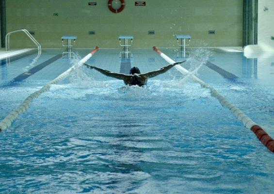 Nauka pływania i korekcja stylu