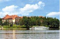 Hotel Robert's Port widok z drugiego brzegu jeziora