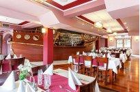 Restauracja Kapitańska ze szklaną podłogą i widokiem na jezioro