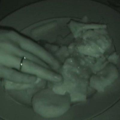 Jedzenie w ciemności w piwnicy z kominkiem