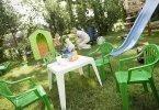 Zjeżdżalnia dla dzieci w ogrodzie