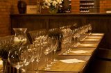 Przygotowanie do degustacji w Winiarni Olandii