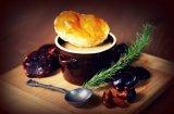 Zupa borowikowa przykryta dekielkiem z ciasta francuskiego