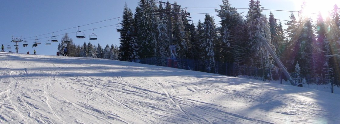 Piękna pogoda na stoku narciarskim przy wyciągu Wierchomla