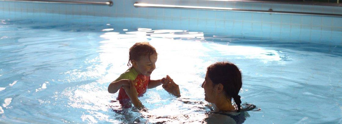 Wczasy w górach z rodziną i dziećmi na basenie w górach