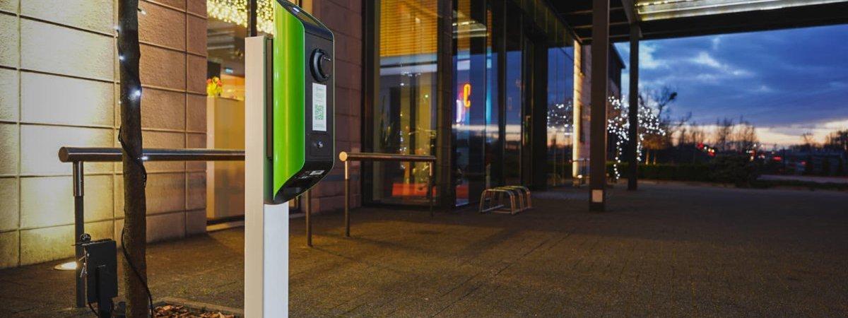 Stacja ładowania samochodów elektrycznych w hotelu Artis