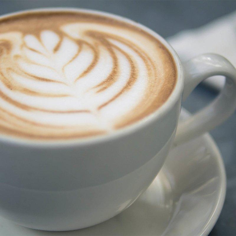 Espresso Macchiato w filiżance, rozeta na piance