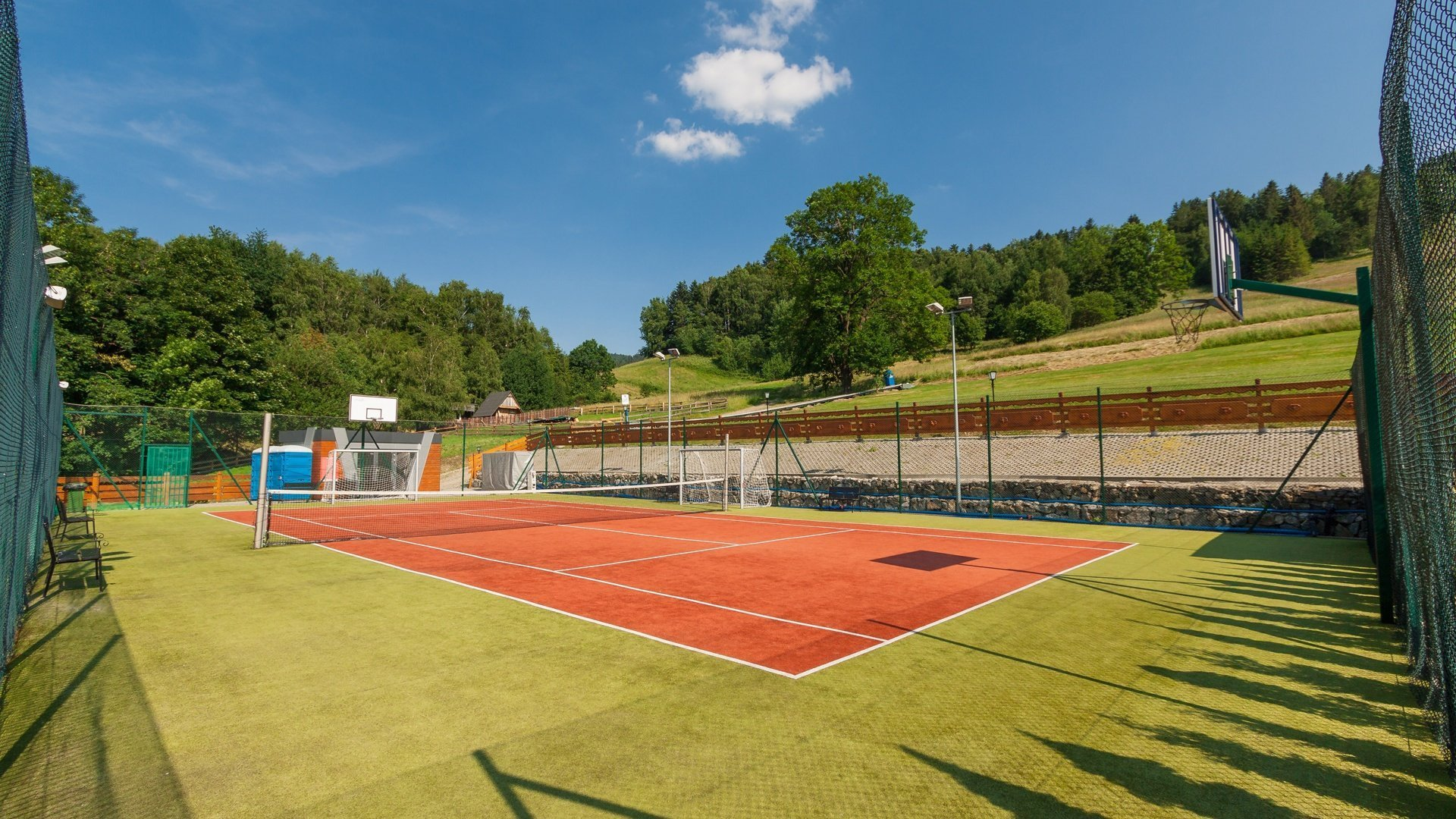 Спортивная площадка и теннисные корты