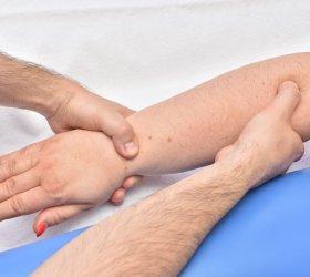 Łokieć tenisisty – leczenie, objawy. Ból łokcia i przedramienia
