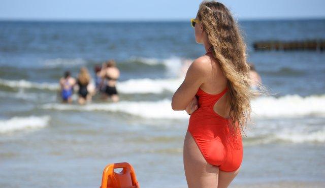 Sommerferien-Wochenende am Meer der Sonne gebadet