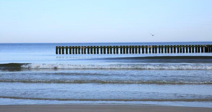 lekko zachmurzony poranek nad morzem