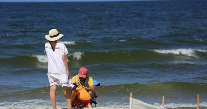 pogoda w kratkę, ale są chwile na słoneczny wypoczynek na plaży