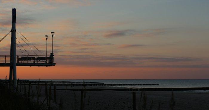 klimatyczny zachód słońca nad morzem
