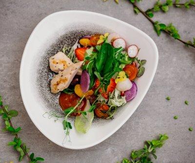 Sałatka z comerkami królika sous-vide i rzepą arbuzową
