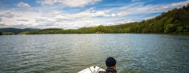 Rejsy motorówką po jeziorze