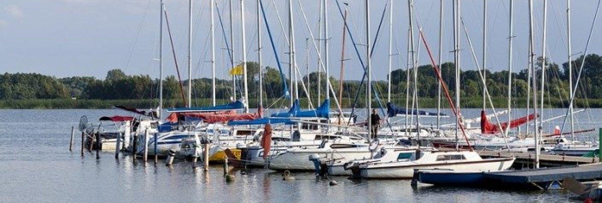 Przystań Jachtowa przy jeziorze Jamno