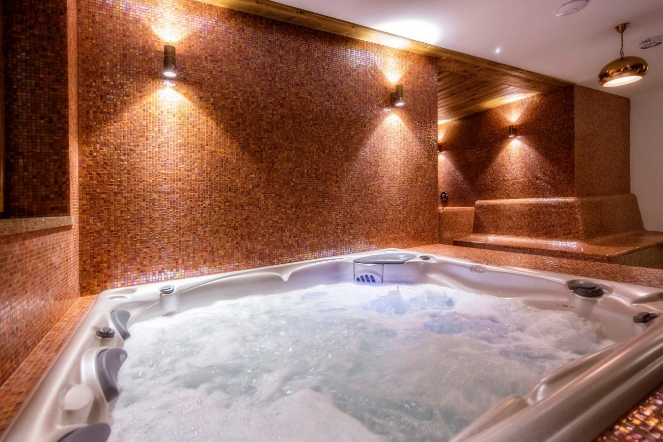 Sauna and jacuzzi zone| Gold Hotel