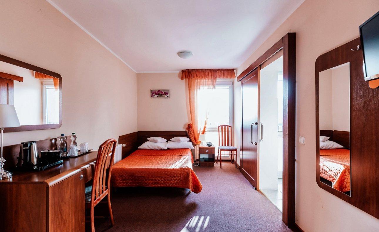 pokój z podwójnym łóżkiem