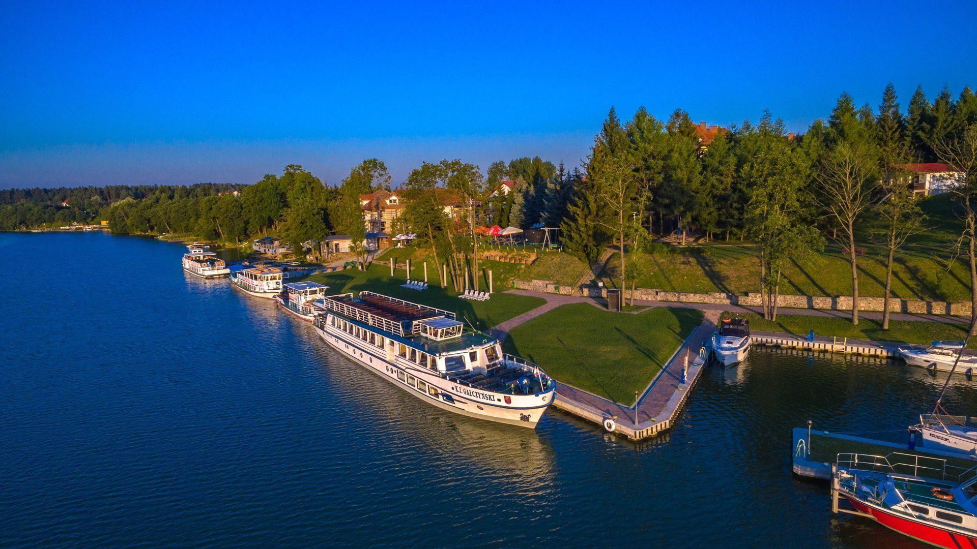 Hotelową flotą po jeziorach