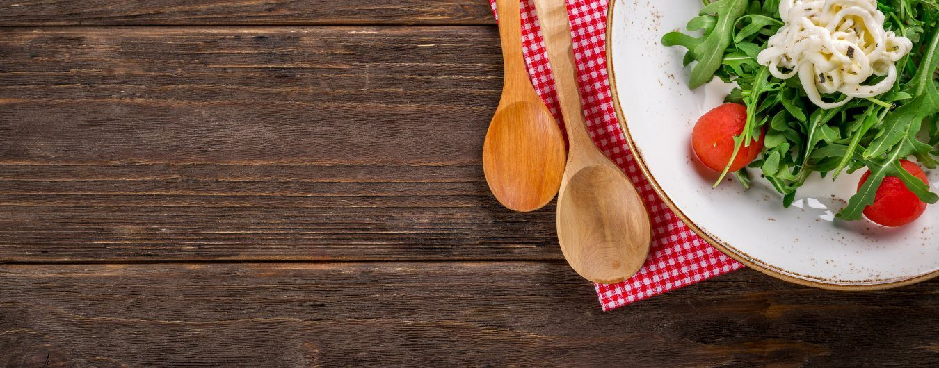 Kuchyňka s veškerým nádobím a jídelním koutem
