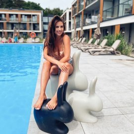 Komu się marzy taki relaks przy basenie?