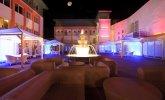 Dziedziniec Hotelu Bryza z fontanną wieczorową porą